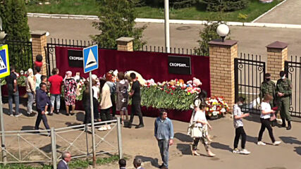 Russia: People bring flowers to makeshift memorial near school shooting site
