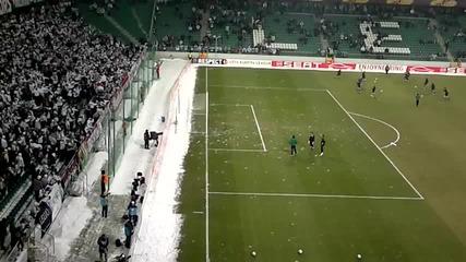 Публика цели футболисти със снежни топки (смях)