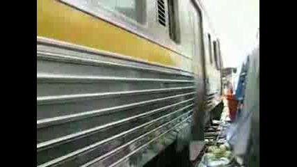Влак Минава През Открит Пазар