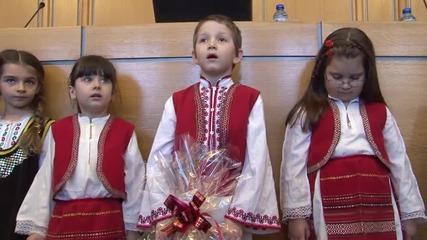Деца раздадоха мартеници на столичните общинари