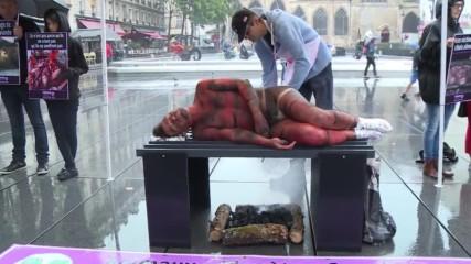 """В Франция направиха голо """"човешко барбекю"""" в знак на протест срещу месоядството"""