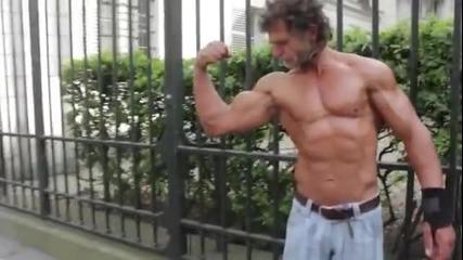 Бездомник тренира на улицата