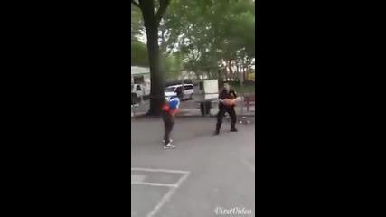 Полицаи се раздават на баскет в гетото