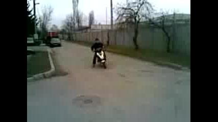Emzo се кефи на скутера !!!