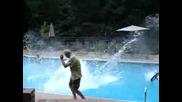 Лудак скача с колео в басеин ! Смях