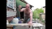 Забиване на пирони с голи ръце