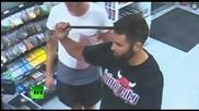 Мъж с железен прът в главата спокойно разговаря със служителите на бензиностанция в Нова Зеландия
