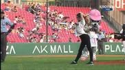 Момиче прави трик с начален удар на бейзболен мач