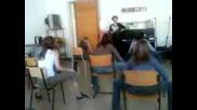 Ученички Танцуват Върху Столове