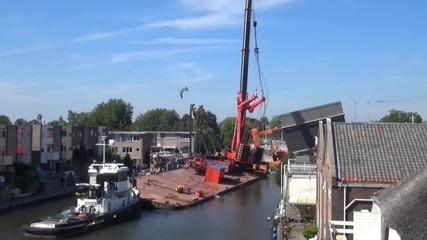 Два строителни крана паднаха върху сгради в холандски град