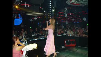певицата Глория по време на пеене (снимки)