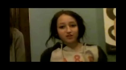 Много сладко!! Сестрата на Майли - Ноа пее Paparazzi на Лейди Гага ..