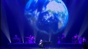 Малко момиче свири на пиано и пее с мощен глас песен на Луис Армстронг