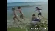 Човек стряска деца на плажа