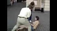 Глупава жена се прави на каратиска