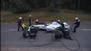 Мечка напада хора докато сменят гумите състезател от F1!