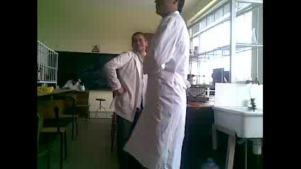 Studenti igraqt v laboratoriqta po vreme na opit
