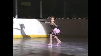 6 годишно дете танцува на лед