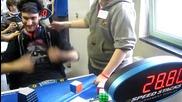 Мъж подрежда кубчето на Рубик за 28.80 секунди със затворени очи