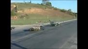 Мотоциклетист катастрофира , след като даде интервю за безопасно каране !