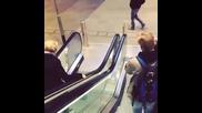 Баба обърка ескалатора и се преби