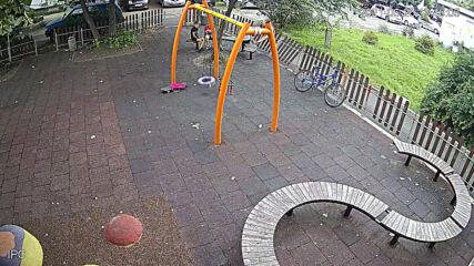 Симпатично момиченце повреди ограда на детска площадка в Бургас
