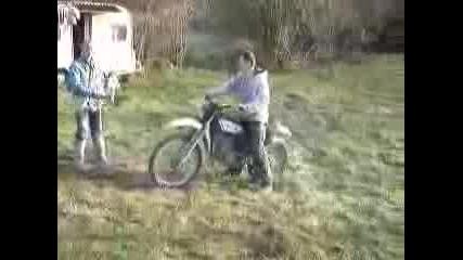 Нелепо Падане С Мотор