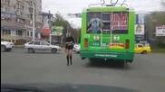 Руска ватманка опъва жартиерите на тролей