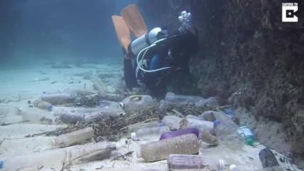Събиране на Стотици пластмасови шишета на дъното на Океана