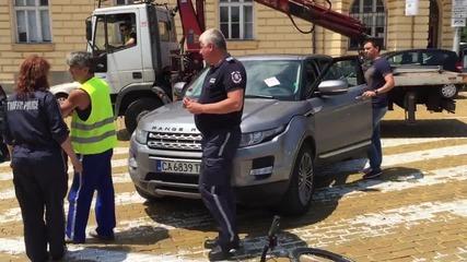 Джип на депутата от ДПС Йордан Цонев, паркиран неправилно на жълтите павета