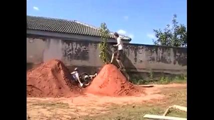 Трябва да се види! Човек си забива зверски главата в купчина с глина следмощно падане с Bmx - Смях