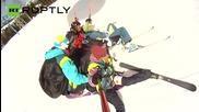 Шестима смелчаги се спускат с един парашут, чупят рекорда на Гинес