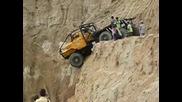 Камион се спуска по стръмен насип