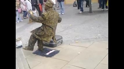 Човек статуя прави изумителен трик