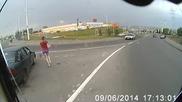 Момиче пресича изневиделица пред автобус