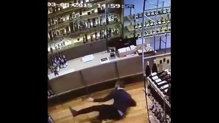 Ето за такъв работник си мечтае всеки един собственик на магазин за алкохол