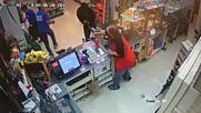 Продавач оказва неочакван отпор на въоръжен бандит!