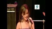 - годишната Риана пее песен на Марая Кери