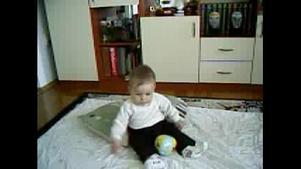 Сашко Бърбори, Седнал На Пода