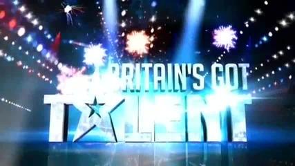 Пълна откачалка се съблече гола на сцената на Britain's got talent !
