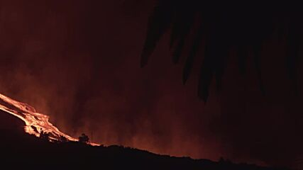 Spain: La Plama skies turn orange as volcano eruption continues