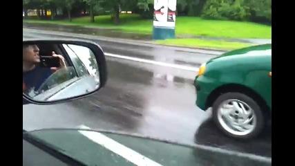 жена кара с вдигната ръчна