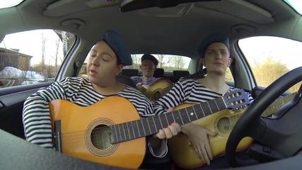 Момиче и момчета показват песните през годините