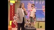 Момиченце пее песен на Цеко Сифоня