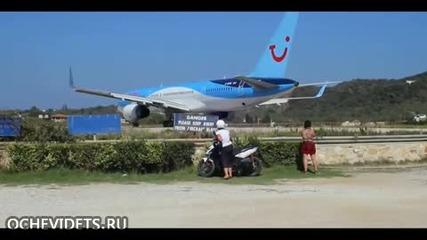 Мощна струя въздух от двигателите на излитащ самолет издухва А Т В -то на турист