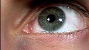 Синьо око на забавен кадър