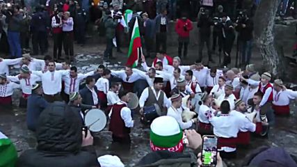 Bulgaria: Worshippers take mass Epiphany dip in icy Tundzha River