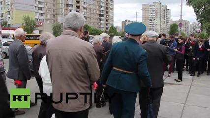 Граждани и ветерани полагат цветя на паметника на незнайния войн в Киев