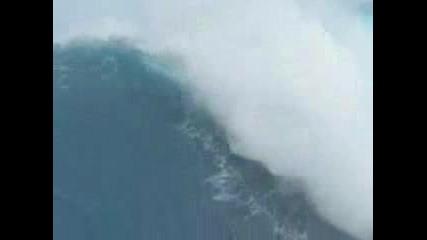 Сърфист И Огромна Вълна