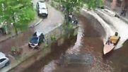 Porsche Cayenne бута в реката паркиран Smart